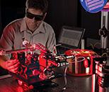 Stephen Mihailov, Conseil national de recherches Canada (CNRC), aligne un système optique pour graver des réseaux de Bragg sur fibres optiques utilisé dans des capteurs qui fonctionnent dans des conditions extrêmes. Crédit : CNRC.